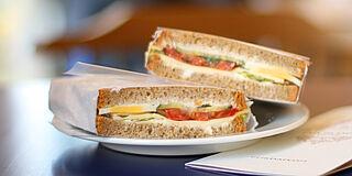 Brotzeitbrote mit Käse und Tomaten auf Teller